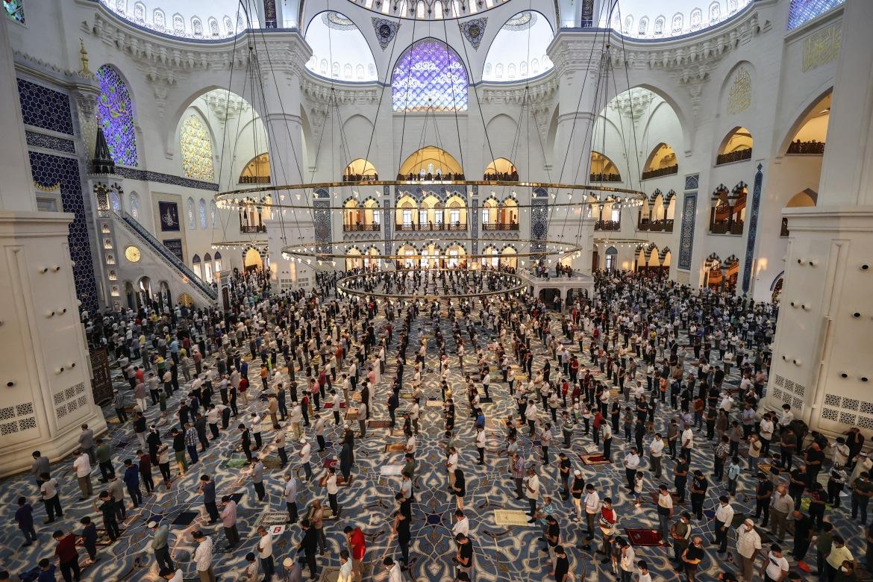 People perform Eid al-Adha prayers at Grand Camlica Mosque in Istanbul, Turkey. [Serhat Cagdas/Anadolu]