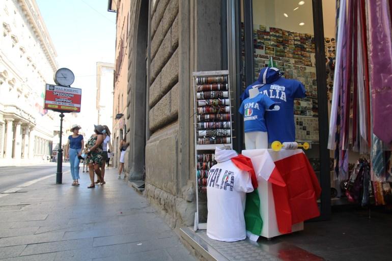 Tokotoko di Roma telah melaporkan penjualan yang tinggi dari kaus sepak bola Italia Maria Michela D'Alessandro/Al Jazeera