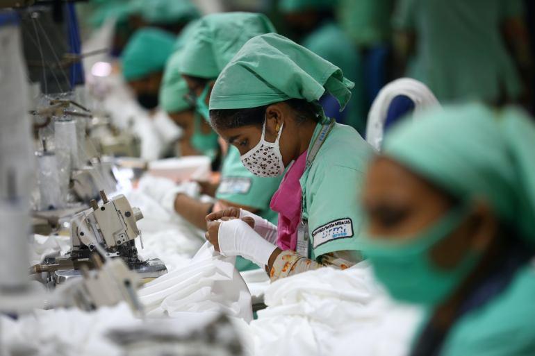 Karyawan garmen bekerja di bagian menjahit Fakhruddin Textile Mills Limited di Gazipur, Bangladesh, di mana satu juta pekerja garmen dipecat atau diberhentikan sementara ketika merek fashion membatalkan pesanan pada puncak penguncian pandemi virus corona tahun lalu File Mohammad Ponir Hossain/ Reuters
