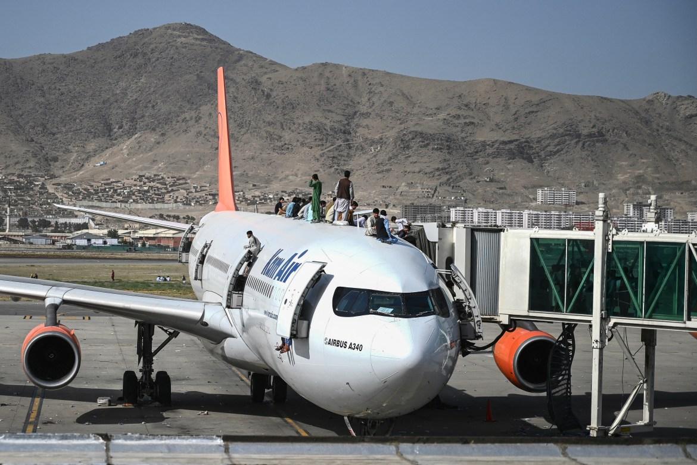 Afghans desperate to flee Taliban throng Kabul airport | Asia News | Al Jazeera