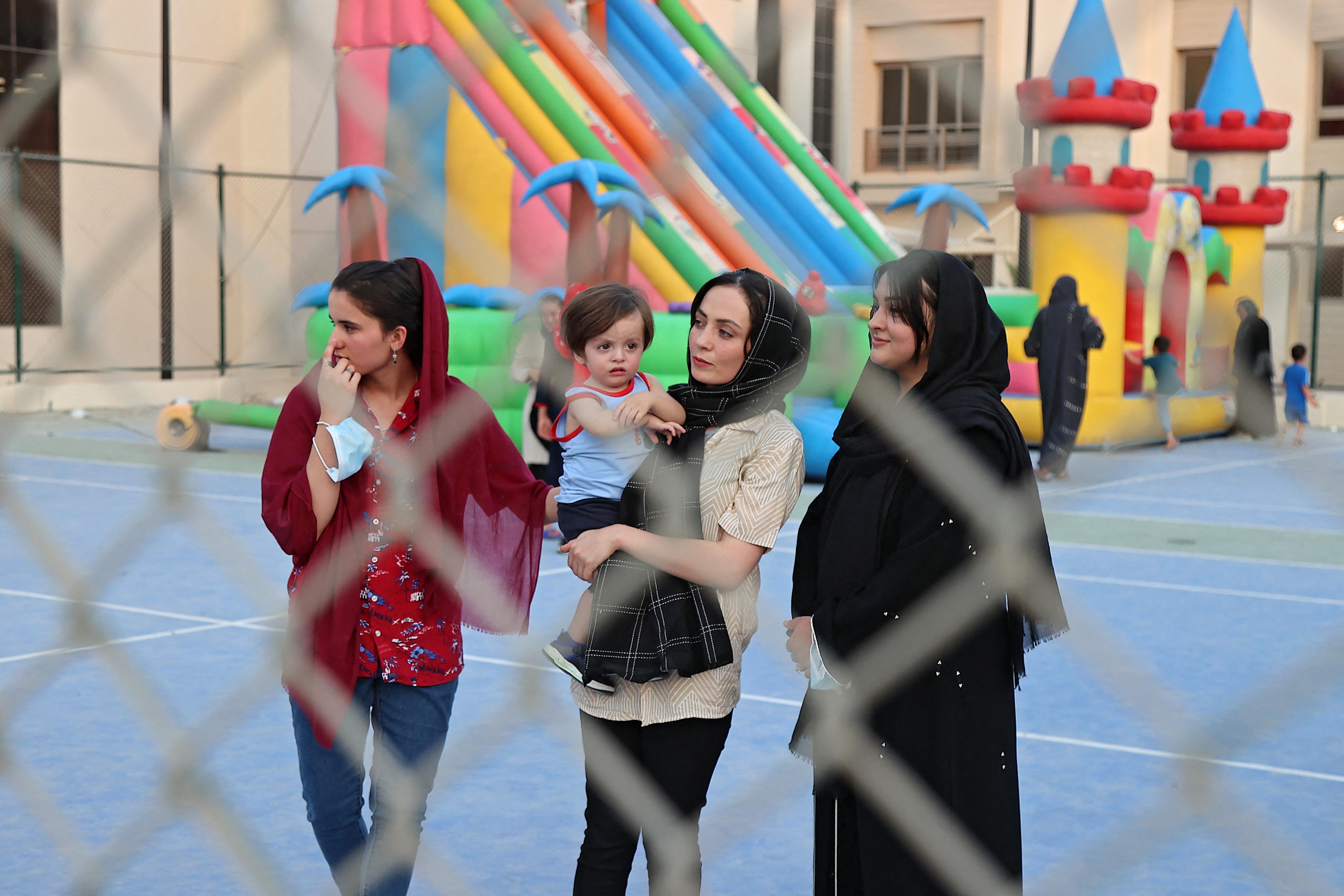 Refugiados afegãos são fotografados no Park View Villas, residência do Catar na Copa do Mundo FIFA de 2022 em Doha em 4 de setembro de 2021 [Karim Jaafar/AFP]