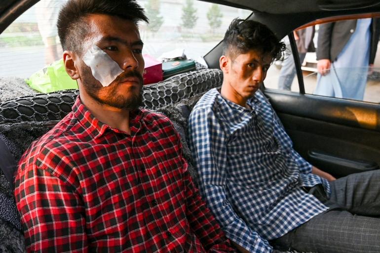 Os jornalistas Nematullah Naqdi (à esquerda) e Taqi Daryabi chegam ao escritório após serem libertados da custódia do Talibã em Cabul [Wakil Kohsar/AFP]