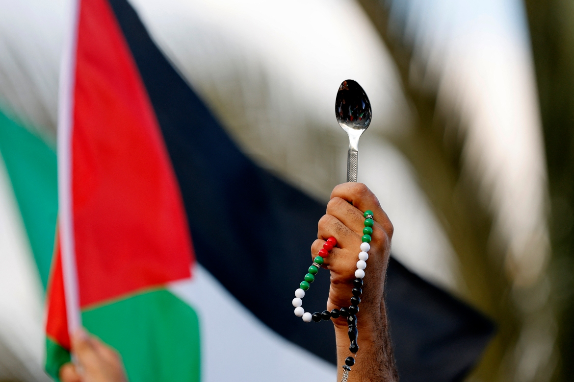 Palestinian citizens of Israel lift Palestinian flags and spoons as they demonstrate in the mostly Palestinian city of Umm al-Fahm in northern Israel to denounce punitive measures taken by the Israel Prison Service against Palestinian prisoners following the jailbreak. [Jack Gues/AFP]