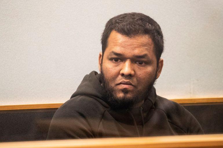 Ahmed Aathill Mohamed Samsudeen aparece no Supremo Tribunal em Auckland, Nova Zelândia, em 7 de agosto de 2018, depois que foi encontrado possuindo uma série de imagens que retratam cenas de violência extrema, crueldade, morte e guerra. [File: Greg Bowker/New Zealand Herald via AP]