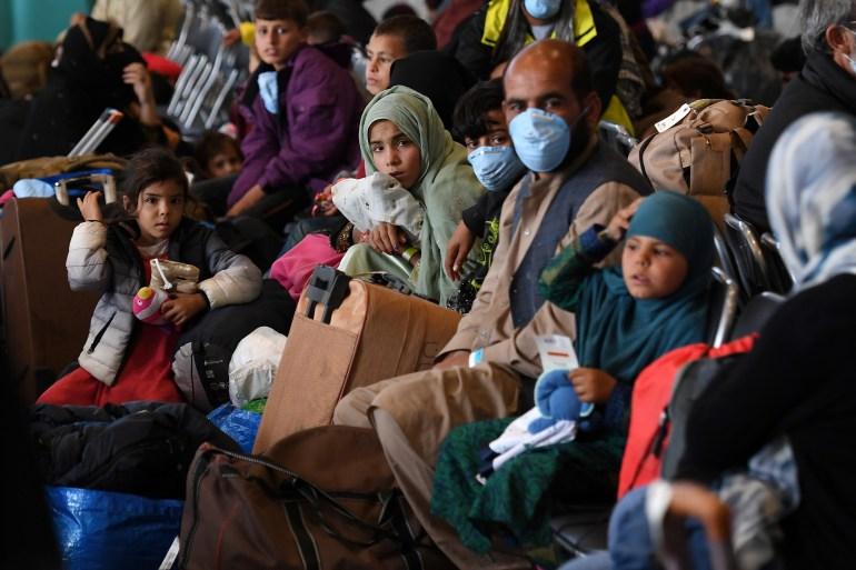 Refugiados afegãos sendo processados na Base Aérea de Ramstein, Alemanha, 8 de setembro [Olivier Douliery/Pool via Reuters]