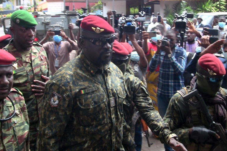 O comandante das forças especiais Mamady Doumbouya, que destituiu o presidente Alpha Conde, sai após se reunir com os enviados da Comunidade Econômica dos Estados da África Ocidental (CEDEAO) [File: Saliou Samb/Reuters]