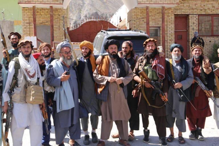 Lutadores do Taleban posam para uma foto depois de tomarem o vale de Panjshir. [Bilal Güler/Anadolu]