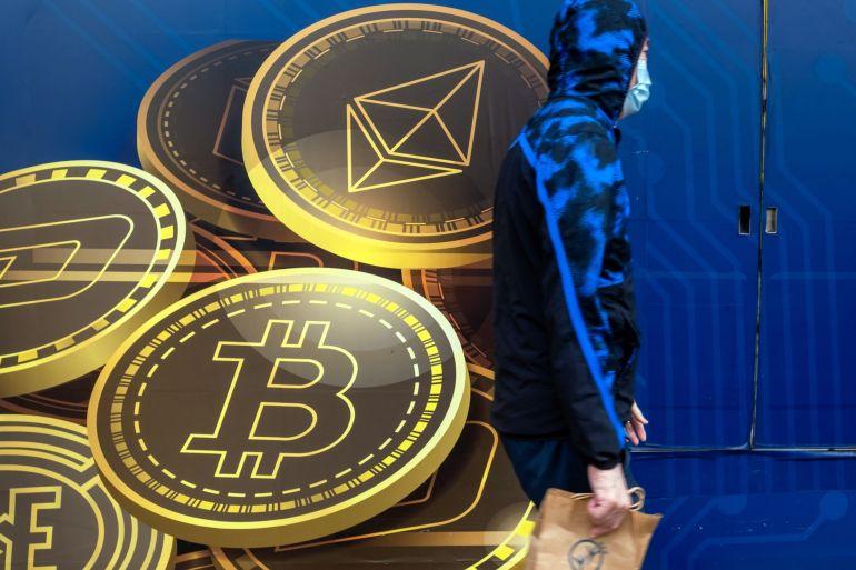 As perdas do Bitcoin na segunda-feira refletiram a ação no mercado mais amplo, com os investidores avaliando os riscos provenientes dos problemas da dívida de Evergrande e da reunião desta semana do Federal Reserve dos Estados Unidos [File: Paul Yeung/Bloomberg]