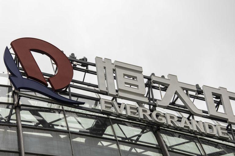 As autoridades chinesas disseram aos principais credores do China Evergrande Group que não esperem pagamentos de juros devidos na próxima semana sobre empréstimos bancários, disseram pessoas familiarizadas com o assunto à Bloomberg News, levando o desenvolvedor sem dinheiro um passo mais perto de uma das maiores reestruturações de dívida do país [File: Qilai Shen/Bloomberg]