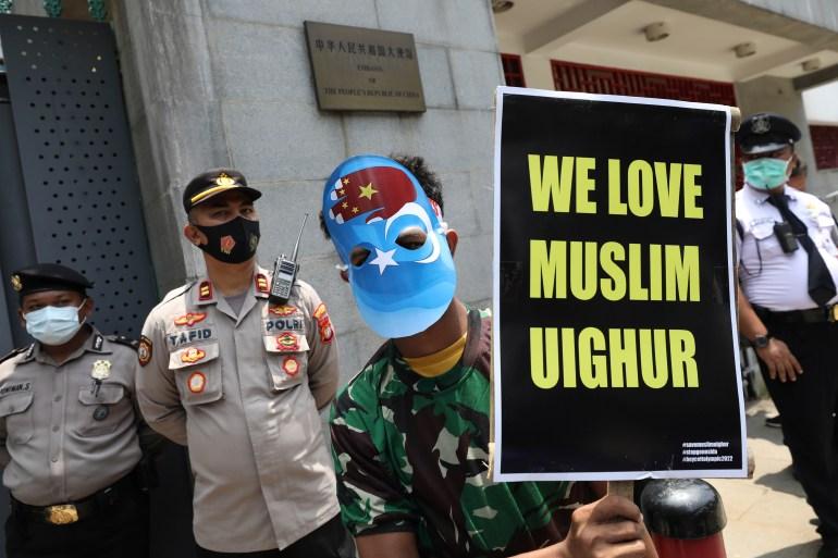 Grupos de direitos humanos estimam que um milhão de uigures e outras minorias étnicas estão sendo mantidos em campos onde foram colocados para trabalhar em Xinjiang [File: Dita Alangkara/AP Photo]