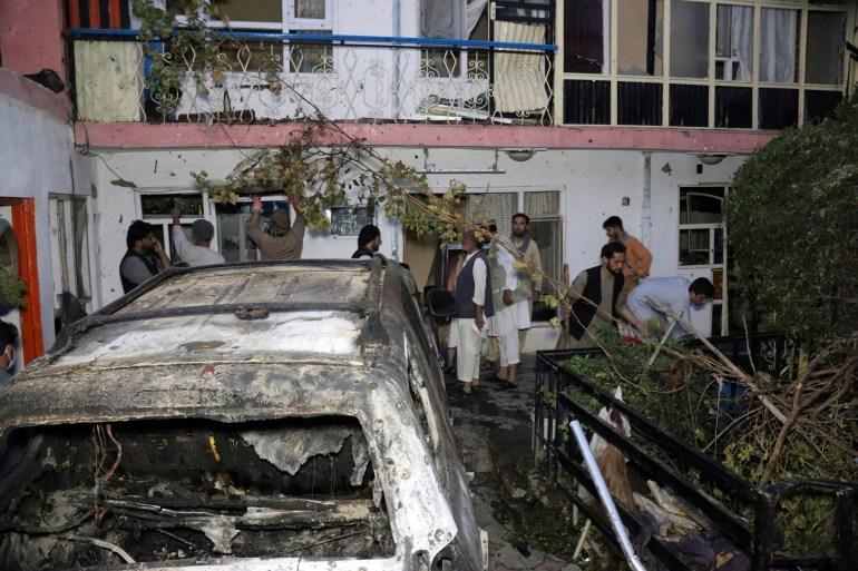 Gli afgani ispezionano i danni alla casa della famiglia Ahmadi dopo il raid di droni statunitensi a Kabul il 29 agosto [File: Khwaja Tawfiq Sediqi/AP photo]