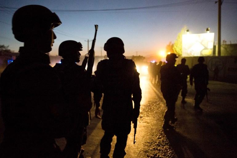 Nas guerras lançadas pelos Estados Unidos após os ataques de 11 de setembro de 2001, as corporações contratadas pelo Departamento de Defesa dos EUA não apenas cuidaram da logística da zona de guerra, como o funcionamento de comboios de combustível e linhas de alimentação de pessoal, mas também realizaram um trabalho crucial para a missão, como treinar e equipar a segurança afegã forças - forças de segurança que entraram em colapso no mês passado quando o Taleban varreu o país [File: Anja Niedringhaus/AP Photo]