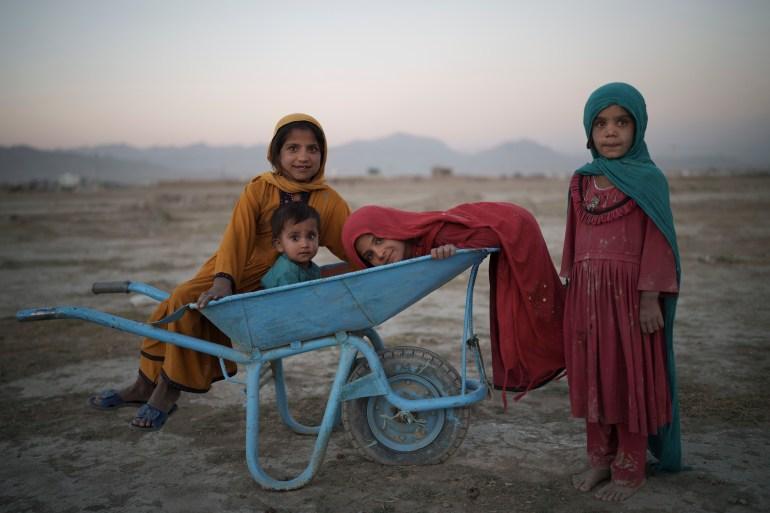 Crianças brincam em um acampamento para deslocados internos em Cabul [Felipe Dana/AP Photo]