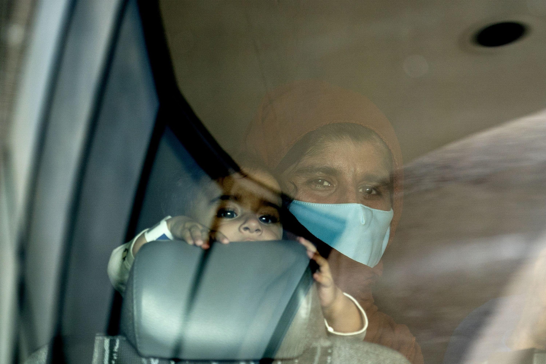 Cerca de 50.000 refugiados afegãos chegarão aos Estados Unidos sob a chamada liberdade condicional humanitária, uma iniciativa provisória que lhes dá um ano para solicitar vistos permanentes [File: Stefani Reynolds/Bloomberg]