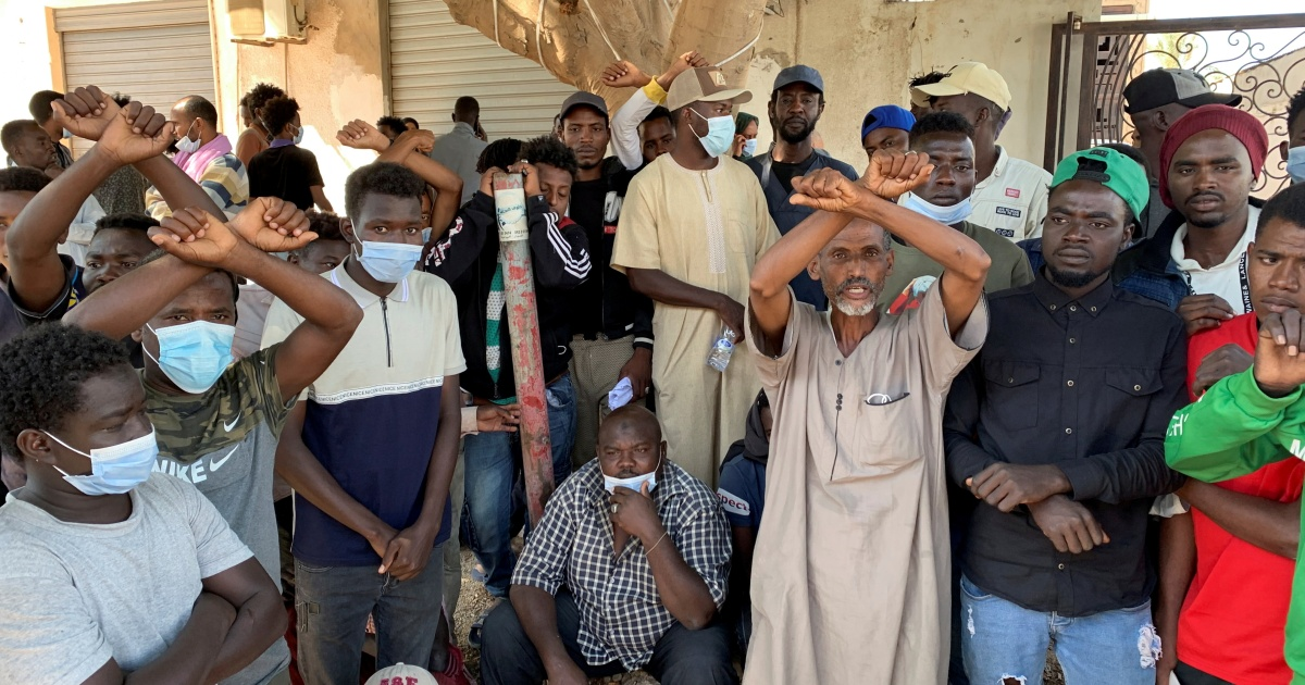 Watch 1000's of refugees and migrants plead for Libya evacuation – Al Jazeera English News
